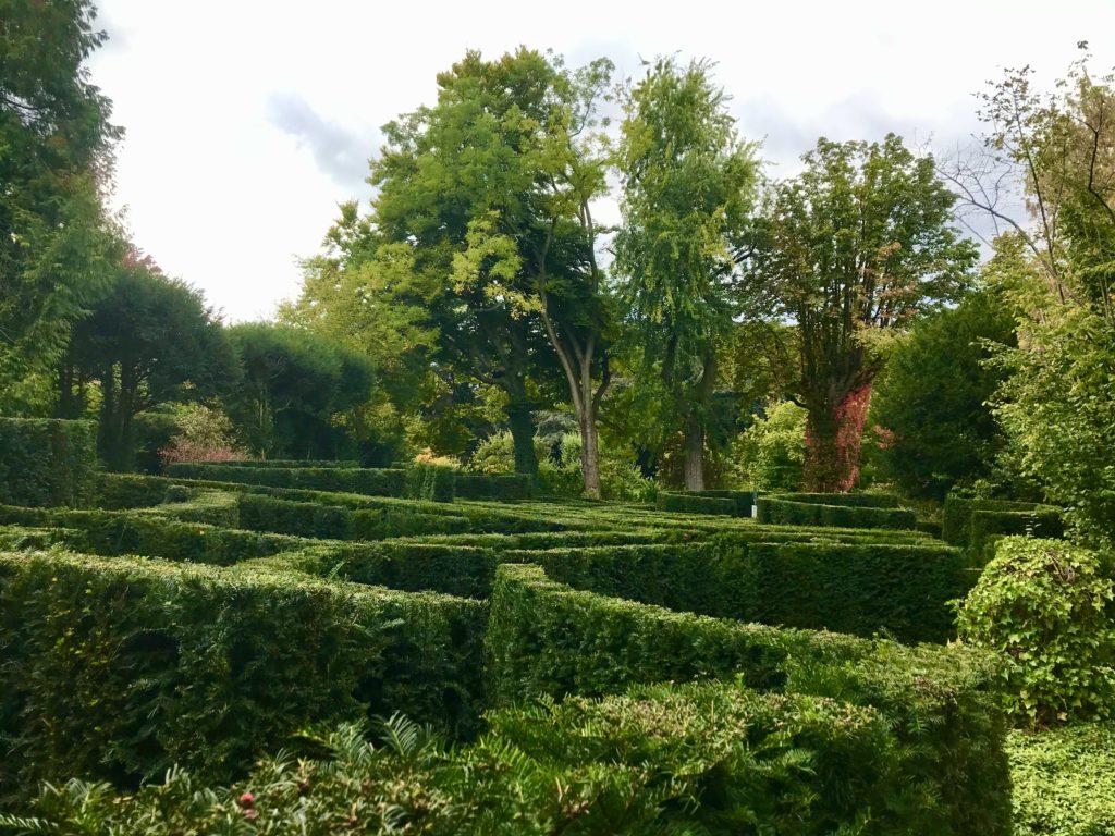 Het labyrint in de tuinen van het Van Buuren Museum