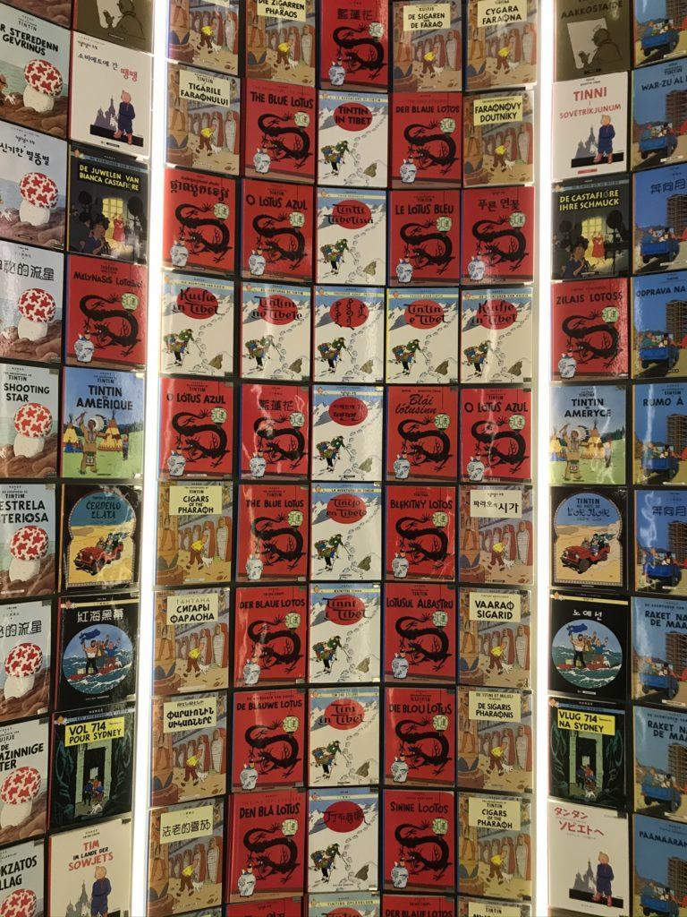 Zuil met Kuifje-albums in het Hergémuseum