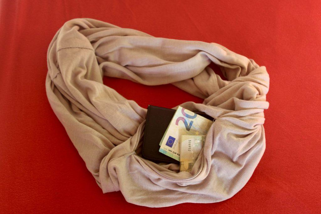 Oneindige sjaal met opbergzakje waarin onder andere een smartphone en wat bankbreifjes passen