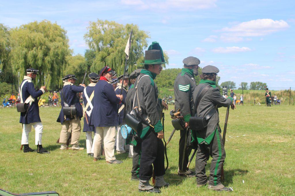 Figuranten spelen scène uit Slag bij Waterloo.